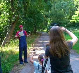 Die Reporter im Wald. Von Links: Martin, Tom der Tüftler, Lea, Anna und Nikolas (BfDler bei der mobilen Spieleaktion).
