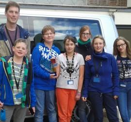 Die erfolgreichen Triki-Reporter in Gera. Von rechts: Anna, Mona, Marsha (ehem. Betreuerin), Lea, der SPiXEL, Martin, Florian und Wilke (Betreuer).